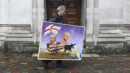 O artista Kaya Mar carrega uma de suas obras, inspirada no 'Brexit'.
