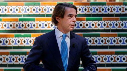 GRAF2089. SEVILLA, 30/09/2021.- El líder del PP, Pablo Casado, y quien fuese su mentor, el ex presidente José María Aznar (i), durante la convención nacional del partido que se celebra este jueves en Sevilla. EFE/Julio Muñoz
