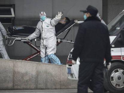 Pessoal médico transfere um paciente para o hospital Jin Yintan, na província chinesa de Jiangxi.