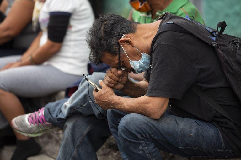 Sem-teto espera em fila de abrigo na Cidade da Guatemala.