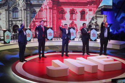 Candidatos presidenciais do Peru durante um debate televisivo em 31 de março, em Lima.
