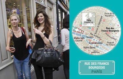 Pessoas passeiam pela rua Francs-Bourgeois, em Paris.