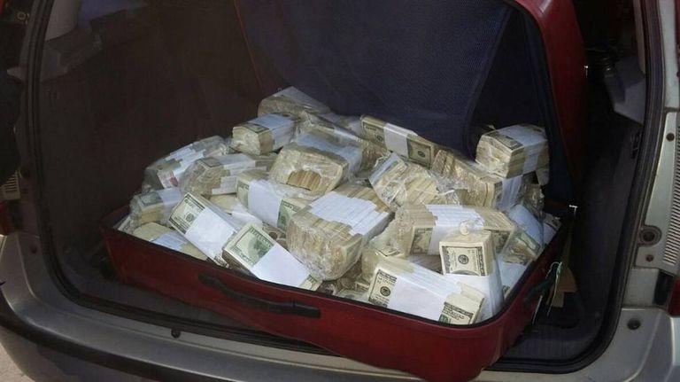 Uma mala cheia de dólares no veículo de José López.