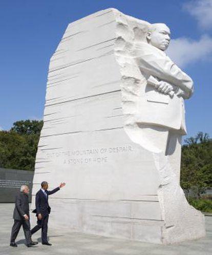 O presidente Obama acompanha o primeiro-ministro Modi durante sua visita ao memorial de Martin Luther King.