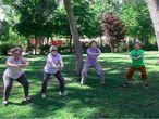 """El grupo Muévete más reúne a personas mayores en cinco parques de Madrid: en el parque del Retiro, en el Templo de Debod, y en parques de Hortaleza, Carabanchel y San Blas. Eduardo Portela, entrenador del grupo del Retiro, conduce las clases de lunes a viernes. En rango de edad llega hasta los 91 años. """"Es una buena manera de luchar contra la soledad, algo muy importante para las personas mayores"""", continúa Portela. En las clases, los asistentes mejoran la agilidad, la flexibilidad, la coordinación y la fuerza. """"Les damos calidad de vida""""."""