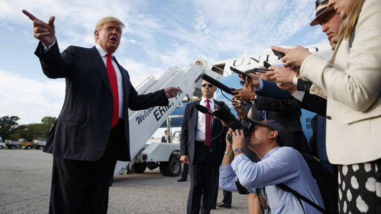 O presidente Donald Trump ao chegar ao aeroporto de Erie, Pensilvânia.