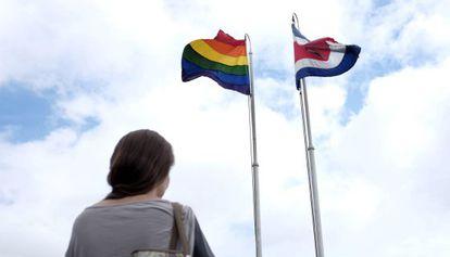 A bandeira gay e a da Costa Rica na Casa Presidencial.