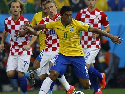 Paulinho protege a bola diante de Modric no Brasil-Croácia.
