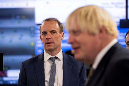 O ministro das Relações Exteriores britânico, Dominic Raab, observa o primeiro-ministro Boris Johnson em 27 de agosto, durante visita ao Centro de Crise do Ministério das Relações Exteriores.