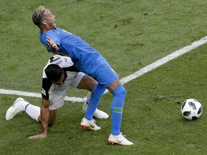 Neymar se joga no lance do pênalti anulado pelo VAR.