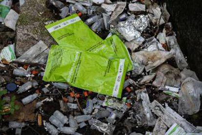 Acima, restos de embalagens de remédios e drogas na Casa Velha, nos arredores do Porto. Abaixo, o laboratório de testes de drogas da Apdes, onde os usuários podem verificar as substâncias que tomam.