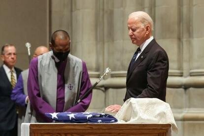 Joe Biden em 23 de junho, no funeral do ex-senador John Warner, na catedral de Washington.