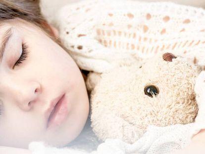 A sensação de cair quando estamos adormecidos se chama espasmo hípnico.