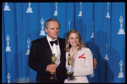 Anthony Hopkins e Jodie Foster seguram o Oscar que cada um ganhou por seu papel em 'O silêncio dos inocentes', em 1992.