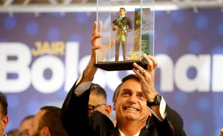 Jair Bolsonaro segura um boneco que o representa em Curitiba no dia 29 de março.