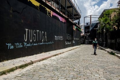 """Mural coberto com tinta preta e a palavara """"Justiça"""" no Beco do Batman, na Vila Madalena, em São Paulo."""