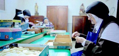 Três freiras contam hóstias em Havana, em cena do documentário 'Um milhão de hóstias'.