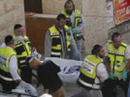 Dois agressores palestinos que invadiram o templo foram mortos. Primeiro-ministro chama o ataque de terrorista