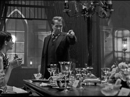Gary Oldman, em uma cena de 'Mank'.