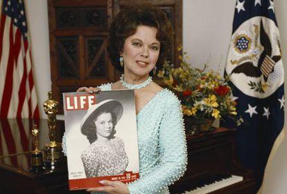A atriz e diplomata norte-americana Shirley Temple.