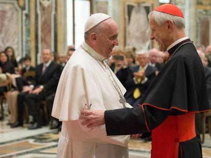 O Papa com o cardeal Wuerl, acusado de encobrir os fatos, em uma imagem de arquivo.