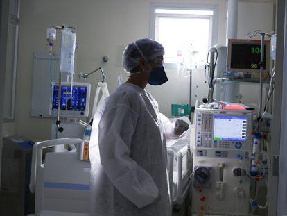 Uma profissional de saúde atende a um paciente com covid-19 em uma UTI de um hospital na cidade de São Paulo, no último 23 de março, o mês mais letal da pandemia no Brasil.