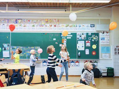 Crianças em uma sala de aula de um colégio público de Helsinque (Finlândia).