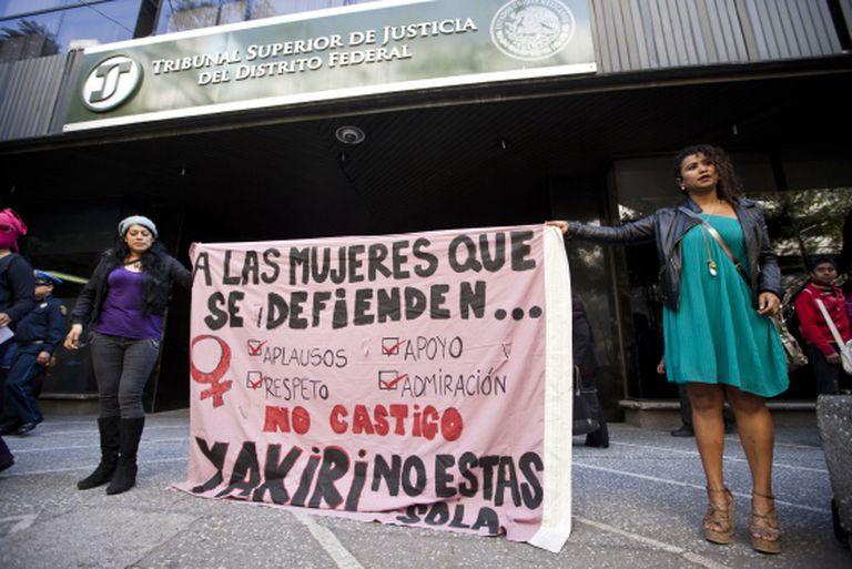 Mulheres protestam em frente ao Tribunal Superior de Justiça da Cidade do México antes da audiência com Yakiri.