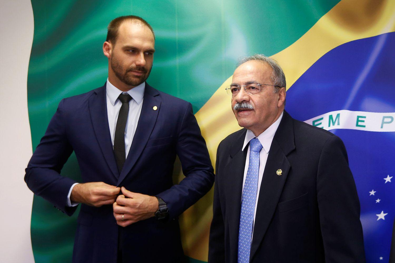 Eduardo Bolsonaro e Chico Rodrigues posam para foto em 2019.