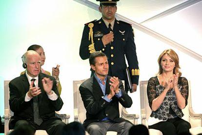 O governador Jerry Brown, o presidente Enrique Peña Nieto e a primeira-dama Angélica Rivera, na segunda-feira, em Los Angeles.