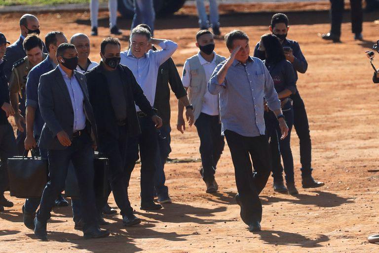 O presidente Jair Bolsonaro participa de inauguração de hospital de campanha em Águas Lindas, em Goiás, nesta sexta. Ao chegar, ele não usou máscara e pegou a mão de apoiadores.