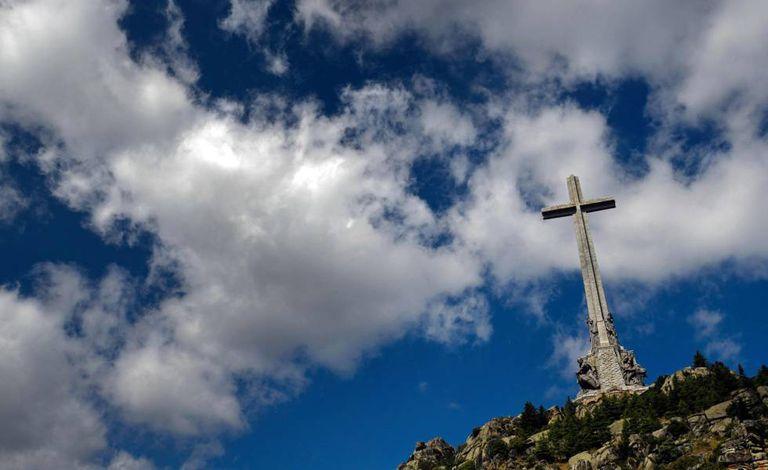 Na foto, a cruz do Vale dos Caídos, onde está enterrado o ditador Francisco Franco