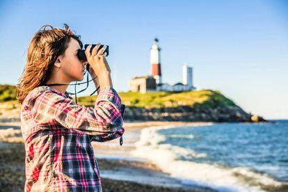 Contemplando o oceano Atlântico a partir do farol de Montauk Point, em Long Island, no Estado de Nova York.