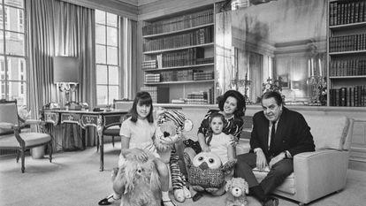 O produtor Albert Broccoli (1909 - 1996) posa com sua mulher Dana e as filhas Tina (à esquerda) e Barbara na sala de sua casa, em 1967.
