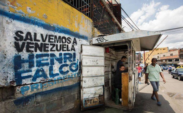 Propaganda do candidato Henri Falcón pintada em um muro de Caracas.