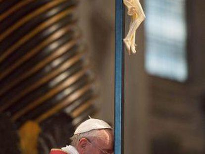 O papa Franciso durante a Via Crucis na basílica de San Pedro.