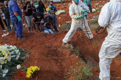 Familiares de Geraldo Magalhães, morto por coronavírus, choram durante o enterro em Vila Formosa, o maior cemitério do Brasil, em São Paulo, em 22 de maio.