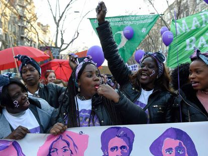 Mulheres negras protestam em Barcelona no Dia Internacional da Mulher.