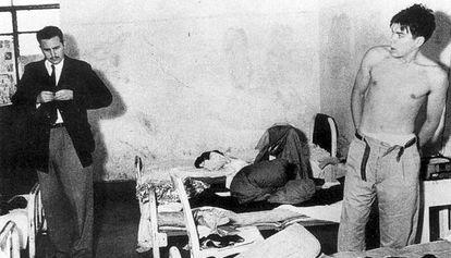 Fidel Castro (à esquerda) e Che Guevara na prisão, depois de serem detidos em 1956 no México.