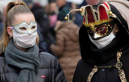 Mascarados usam proteção contra o coronavírus no Carnaval de Veneza.