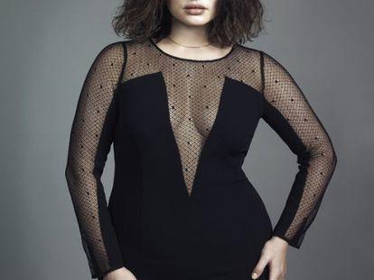Tara Lynn usa vestido preto de renda de Marina Rinaldi.