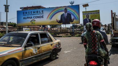 Propaganda eleitoral da campanha de reeleição do presidente da República da Guiné, Alpha Condé, na capital do país, Conacri, em outubro de 2020.
