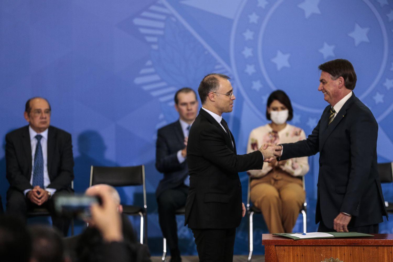 Bolsonaro cumprimento o ministro da Justiça, Mendonça, observado por Gilmar Mendes e Toffoli, do STF e pela primeira-dama Michelle.