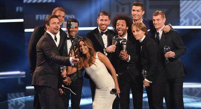 O selfie (sem os jogadores do Barça, ausentes) com os escolhidos para o melhor time de 2016.