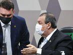 O senador Flávio Bolsonaro (Patriota-RJ), à esquerda, e o presidente da CPI da Pandemia, Omar Aziz (PSD-AM), em uma sessão da comissão do Senado em 12 de agosto.
