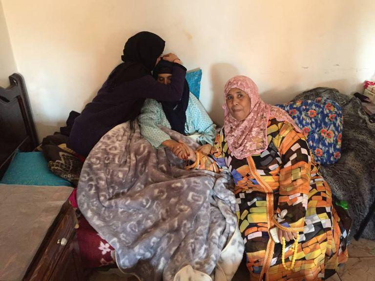Fátima, paciente com câncer de útero, é beijada pela filha Leila e acompanhada por Khadija El Qorti, diretora do abrigo Jannat, nesta segunda-feira em Rabat.