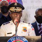 """HAI01. PUERTO PRÍNCIPE (HAITÍ), 11/07/2021.- El director general de la Policía Nacional de Haití, Léon Charles, habla en una rueda de prensa, en Puerto Príncipe (Haití). Las autoridades de Haití anunciaron este domingo la detención de uno de los supuestos autores intelectuales del asesinato del presidente Jovenel Moise, Christian Emmanuel Sanon, un médico residente en Florida, EE.UU. """"Cuando se bloqueó el avance de los bandidos, la primera persona a la que llamaron fue Emmanuel Sanon"""", dijo Léon Charles. EFE/Orlando Barría"""
