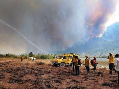 Bombeiro tenta apagar o incêndio florestal em Chubut.