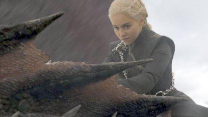 Emilia Clarke, como Daenerys Targaryen, em uma cena de 'Game of Thrones'.