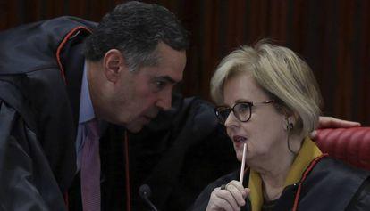 Ministros Barroso e Rosa Weber conversam no TSE.